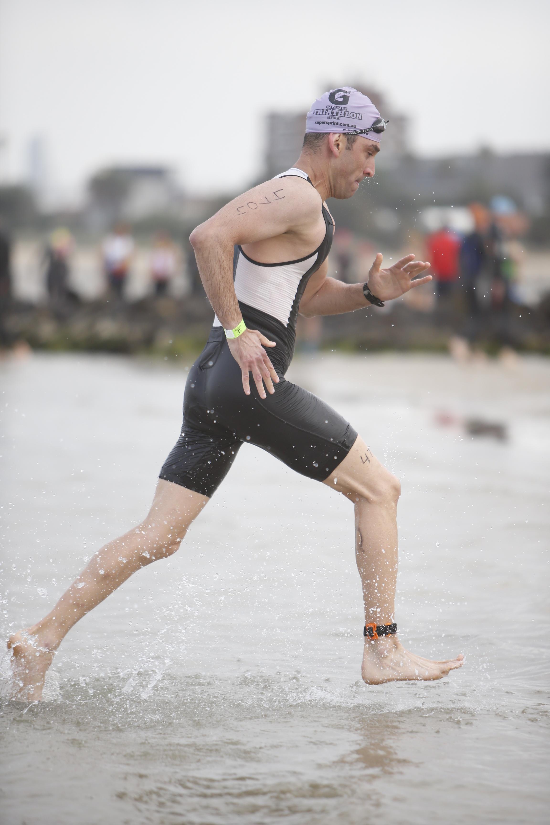 מאמן כושר אישי - ריצה מהמים לחוף טריאתלון מלבורן אוסטרליה