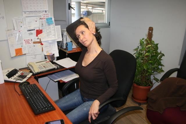 מאמן כושר אישי - תרגיל מתיחה במשרד