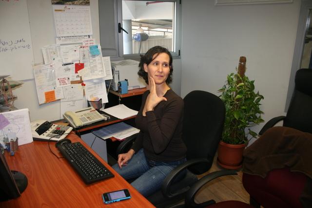 מאמן כושר - תרגיל מתיחה במשרד