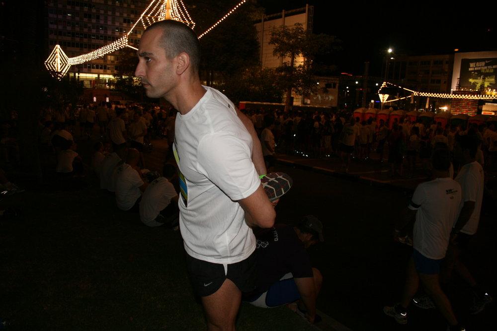 מאמן ריצה - תרגיל מתיחה לשריר הירך הקדמית לפני יציאה לתחרות ריצה
