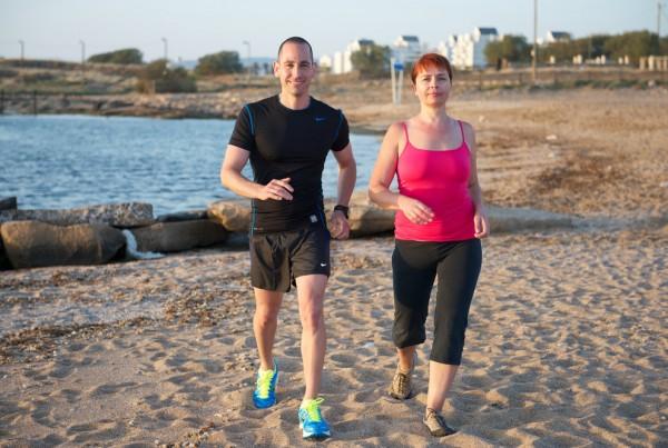 אימן כושר להרזיה - אימון הליכה אישי בחוף הים