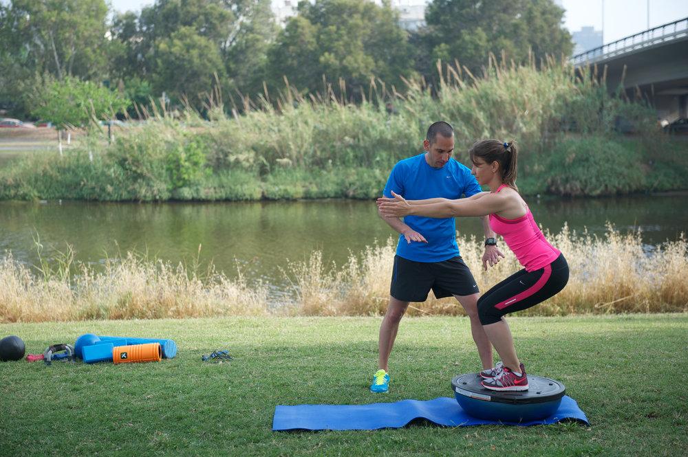 מאמן כושר אישי - תרגיל סקווט על בוסו בפארק